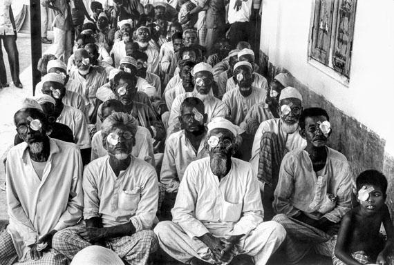Patienten nach der Augenoperation, Bangladesh 1976 © Archiv Robert Lebeck