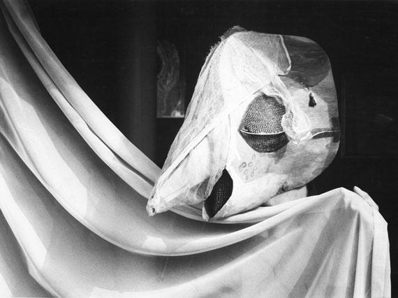 © stefan moses 'Meret Oppenheim mit Kormoranmaske', aus der Serie KÜNSTLER MACHEN MASKEN, Studio Bern 1982,  Courtesy Johanna Breede PHOTOKUNST