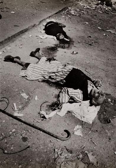 Ryūichi Hirokawa (*1943), Nach dem Massaker von Schatila, Leiche eines alten Mannes mit Gehstock, 1982, Silbergelatineabzug, 29,5 x 20,4 cm, © Ryūichi Hirokawa