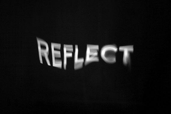 """Kurt Laurenz Theinert """"reflect"""", Textprojektion auf Wasser"""