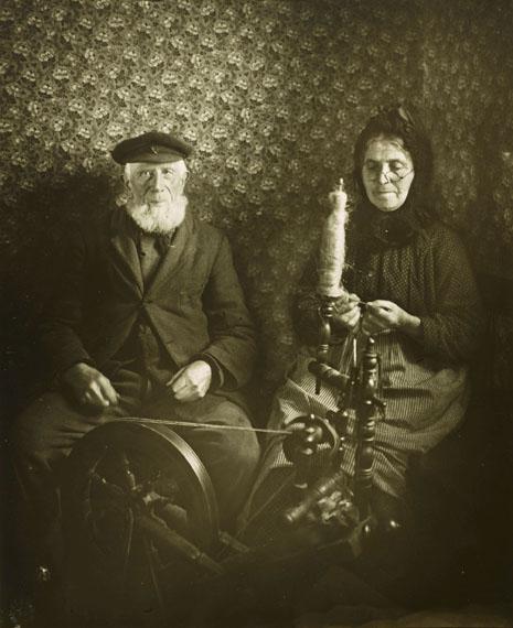 August Sander: Bauernpaar am Spinnrad, 1931© Die Photographische Sammlung / SK Stiftung Kultur-August Sander Archiv, KölnVG Bild-Kunst, Bonn, 2018