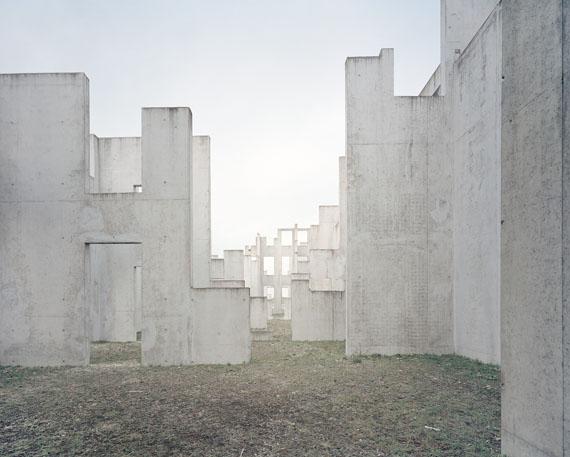 "Gregor Sailer: ""Complexe de Tir en Zone UrBaine II, French Army, France"", 2015aus der Serie ""The Potemkin Village""C-Print, 95 x 120 cm, Ed. 5 + 2 AP"