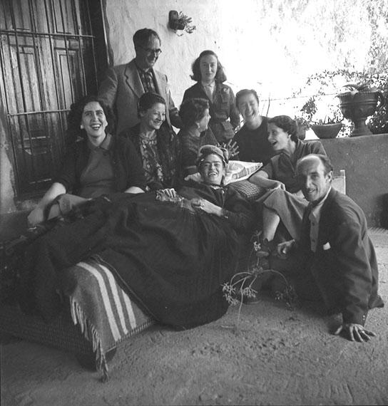 Frida Kahlo mit Freunden, Coyoacán, Mexiko, 1954 © Bernice Kolko/Sammlung Ariel Zuñiga