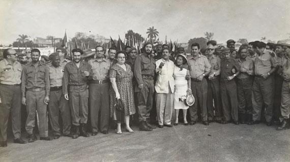 Alberto Diaz Korda: Che, Fidel Castro Osvaldo Dorticos, junto a un grupo de revolucionarios, 1959