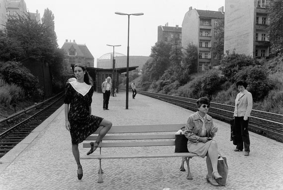 Ute Mahler: Jutta Deutschland, Primaballerina, S-Bahnhof Prenzlauer Berg, Berln, 1980, 37,5 x 50,5 cm