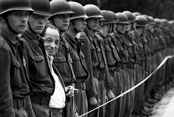 © Thomas Hoepker: Ein Mann schaut sich eine Parade der Bundeswehr an, Münster 1967