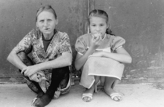 Nina Mushinsky, Gypsy girls, Gyor, Hungary, 1988 © Nina MushinskyCourtesy Le Minotaure, Galerie Dina Vierny