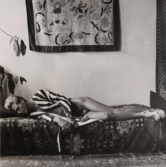 """145Robert MAPPLETHORPE (1946-1989)« Fabrice », 1978Tirage argentique d'époque, sur papier cartoline mat, signé, daté et envoi manuscrit """"For Jean"""" au crayon sur la marge35,5 x 35 cm (50 x 40 cm), dans un cadre15 000 / 20 000 €"""