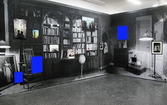 """Exhibition view + blue monochrome, Véronique Bourgoin """"Labyrinthe du temps"""", Fotohof, Salzbourg 2015 / 500x380x320cm"""