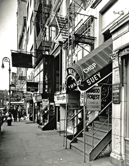 Berenice Abbott, Chop Suey, West 8th Street aus der Serie Changing New York, 1935–38.