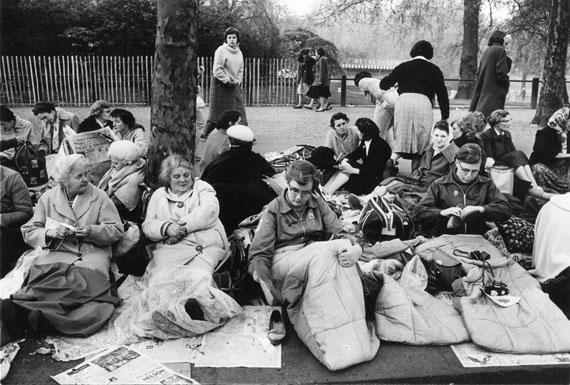 Schaulustige warten auf den Ausritt der QueenStefan Moses, 1962© Elsa Bechteler-Moses
