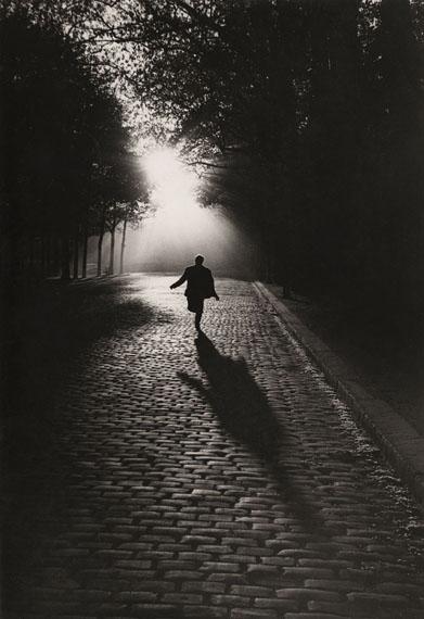Sabine Weiss: L'homme qui court, Paris, 1953 © Sabine Weiss