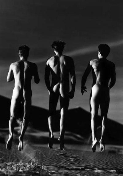 Greg Gorman3 Boys Jumping, Kelso Dunes, 1991 50,8 x 40,6 cm,Edition of 25Archival pigment print© Greg Gorman
