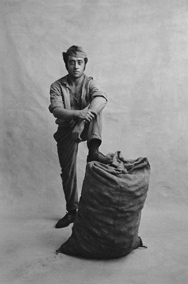 Fred Mayer: Coal bag carrier, Zurich, 1971, signed Vintage Gelatine Silver Print, signed, 40 x 30 cm