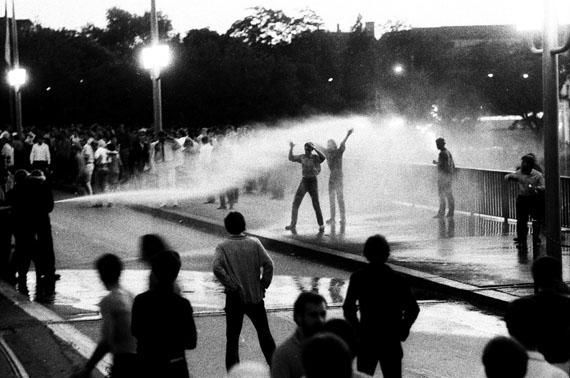 Willy Spiller: Zurich Riots, Quaibrücke, Zurich, 1968, 83 x 123 cm, Edition 5 & 2 AP
