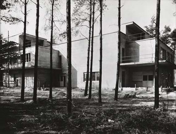 Lucia Moholy, aus der Siedlung der Bauhausmeister: Doppelhaus (im Bau) Südseite, Architekt: Walter Gropius, Silbergelatineabzug, 1926 © Lucia Moholy / VG-Bild Kunst, Bonn 2019