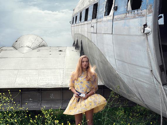"""Guia Besana, """"Yellow Girl"""" dalla serie Carry-On,  2018, Fotografia – Stampa Fine Art montata su dibond e cornice, 80×62 Courtesia VISIONQUEST 4ROSSO"""