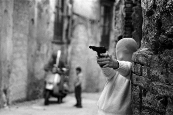 Palermo, vicino la Chiesa di Santa Chiara. Il gioco dei killer, 1982© Letizia Battaglia