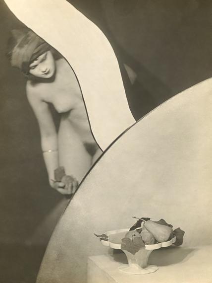 František Drtikol Composition au nu aux poires. 1925 Vintage. Gelatin silver print.  28,5 × 22,8 cm (11 1⁄4 × 9 in.).  EUR 40.000–60.000