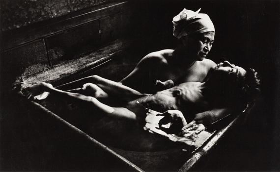 135W. EUGENE SMITH (1918–1978)Tomoko Uemura in her bath, Minamata, Japan 1972Vintage silver print15×24,5cm (5.9×9.6in) € 5.000–6.000