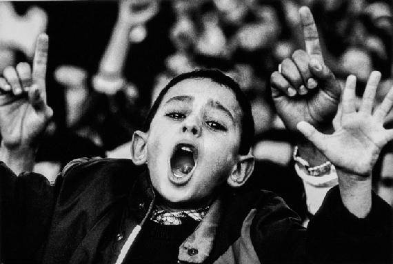 Michael von Graffenried, Manifestation sur la place des Martyrs à Alger, 1991Vintage gelatin-silver print, 30 x 40 cm© Michael von Graffenried, Courtesy Galerie Esther Woerdehoff
