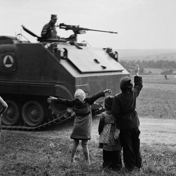 Bill Perlmutter: Kinder, die einem US Panzer zuwinken, Deutschland 1954© Bill Perlmutter / Courtesy Galerie Hilaneh von Kories