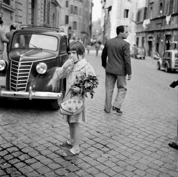 Bill Perlmutter: Mutters kleine Gehilfin, Rom 1956© Bill Perlmutter / Courtesy Galerie Hilaneh von Kories