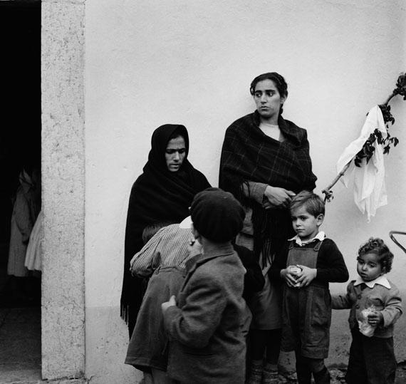 Bill Perlmutter: Mütter mit ihren Kindern, Portugal 1956© Bill Perlmutter / Courtesy Galerie Hilaneh von Kories