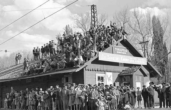 Alexander Ustinov40-year anniversary of the Armenian Soviet Socialist Republic (Armenian SSR). Leninakan. The townspeople welcome the First Secretary of the Communist Party of the Soviet Union (the CPSU) Nikita Khrushchev. 1961