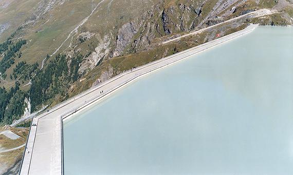 Boris Becker: Lac de Dixence, 2003, C-print hinter Diasec, 140 x 235 cmSammlung Museum für Photographie Braunschweig © Boris Becker VG Bild-Kunst 2019
