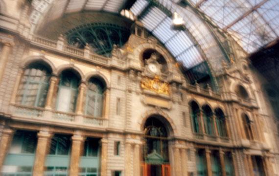"""Karen Stuke: Antwerpen Bahnhof, aus der Serie """"Wandelhalle – Auf den Spuren von Sebalds Austerlitz"""", 2013"""