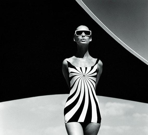 """F.C. Gundlach""""Op Art-Badeanzug""""Brigitte Bauer am Strand von Vouliagmeni, Griechenland 196"""