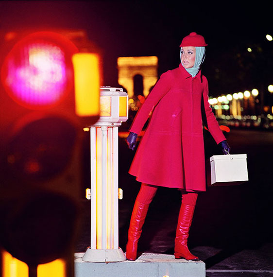 F.C. GundlachKarin Mossberg auf dem Champs ElyséesEnsemble von Jean PatouParis 1966für Annabelle: N°408/1966
