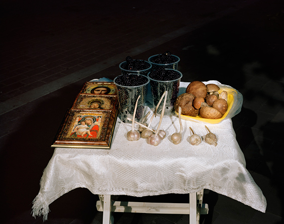 Stillleben mit Ikonen und Knoblauch from the series Morte 2016  © Lia DarjesCourtesy Robert Morat, Berlin