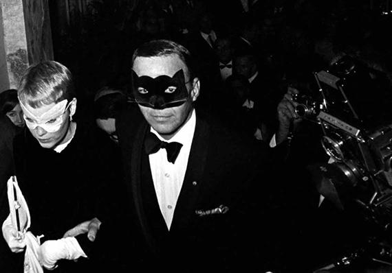 Harry Benson Mia Farrow and Frank Sinatra. Plaza Hotel, New York, New York1966©Harry Benson/ Courtesy Staley-Wise Gallery, New York