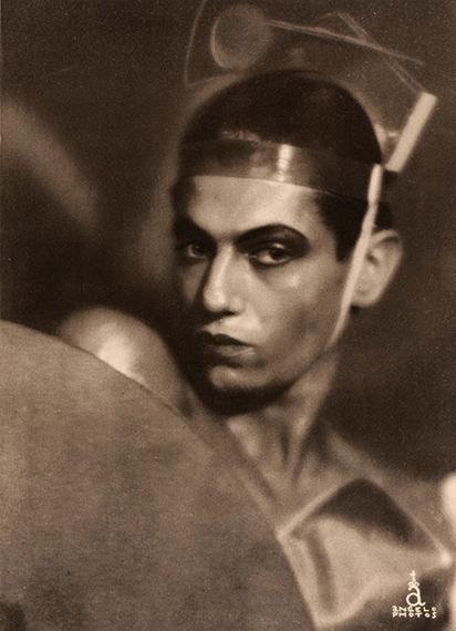 143ANGELO (DIT PÁL FUNK, 1894-1974)Serge Lifar dans le ballet «La Chatte», Paris. Circa 1927.Tirage héliogravure d'époque sous passe-partout. Format visuel 27,2 x 19,6 cm, format entier 37 x 26 cm