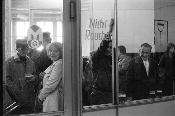 © Helga ParisOhne TitelAus der Serie Leipzig Hauptbahnhof 1981-82Besitz der Künstlerin