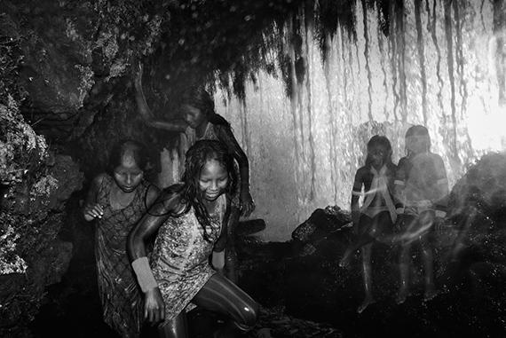 Kayapó Indigenous Territory, Pará. Kayapó children play behind a waterfall in the Kuben-Kran Ken village, in the southern Pará State. © Tommaso Protti  for Fondation Carmignac