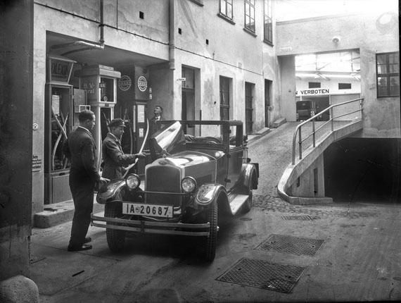 Atelier Hermann Walter: Frankfurter Straße 16-18, heute Jahnallee-Ecke Tschaikowskistraße, Großgarage Zschau, Tankstation, um 1925