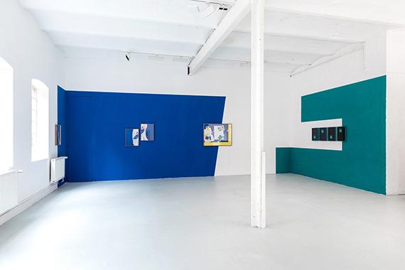 """Samuel Henne""""hand to hand"""", Fine Art Prints, Polaroids, WandfarbeInstallationsansicht """"Samuel Henne - shifts & tilts"""", Halle für Kunst Lüneburg, 2019© Fred Dott / Halle für Kunst Lüneburg"""