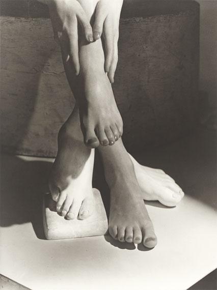 Horst P. HorstBarefoot Beauty, New York. 1941Späterer Silbergelatineabzug45,8 × 34,2 cm (50,5 × 40,5 cm). GerahmtSchätzpreis: EUR 3.000–5.000© Grisebach GmbH
