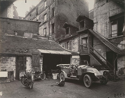 Eugène AtgetCours, 7 rue de Valence, juin 1922 (Courtyard, 7 Rue de Valence, June 1922)Series: Art dans le vieux ParisAlbumin print, 18 x 24 cm© Musée Carnavalet - Histoire de Paris, France