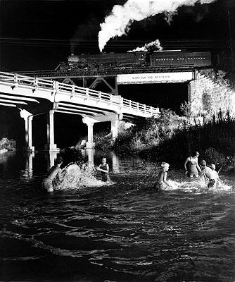 Der Güterzug Nr. 96 überquert den Hawksbill Creek bei Luray. Unter der Brücke liegt eine beliebte Badestelle, 1957Foto: O. Winston Link© Museum der Arbeit