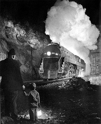 Eingehüllt in eine mächtige Dampfwolke bricht eine Lokomotive aus dem Montgomerytunnel nahe Christiansburg.Foto: O. Winston Link© Museum der Arbeit