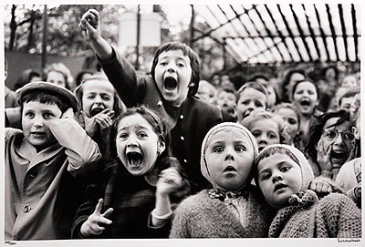Lot 761 - Alfred Eisenstaedt (1898-1995). - Children at a puppet theatre, Paris 1963Estimation : 20 000 / 30 000 €
