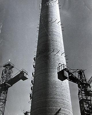 Bau eines Schornsteines.Don Bass Gebiet. Ukraine, 1962© Sammlung Ernst Volland / Heinz Krimmer