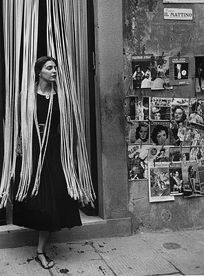 Jinx Through The Beads, Florence, Italy, 1951 © Ruth Orkin / Ruth Orkin Photo Archive