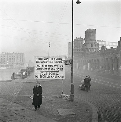 Grenze zwischen dem amerikanischen und sowjetischen Sektor an der Oberbaumbrücke in Berlin-Kreuzberg, Berlin, November 1948. © Henry Ries / The New York Times / DHM