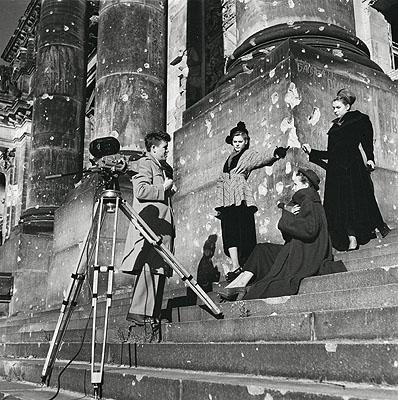 Der Kameramann Bill McClure von CBS-News bei Modeaufnahmen auf den Stufen des Reichstagsgebäudes, Berlin, 10. Oktober 1948. © Henry Ries / The New York Times / DHM