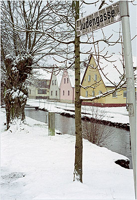 © Susan Hiller: Judengasse, Pretzfeld. Aus: Snow Scenes (The J. Street Project). Courtesy: Galerie Volker Diehl Berlin, Timothy Taylor Gallery London